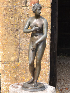 An early 20th century bronze model of the Venus de' Medici